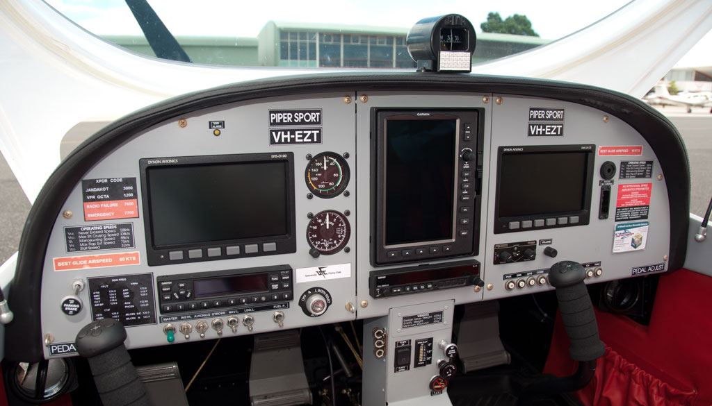 vh-ezt-university-flying-club-jandakot-glass-cockpit-dynon-garmin